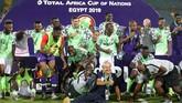 Para pemain Nigeria merayakan sukses meraih posisi ketiga Piala Afrika 2019 usai mengalahkan Tunisia 1-0. (REUTERS/Suhaib Salem)