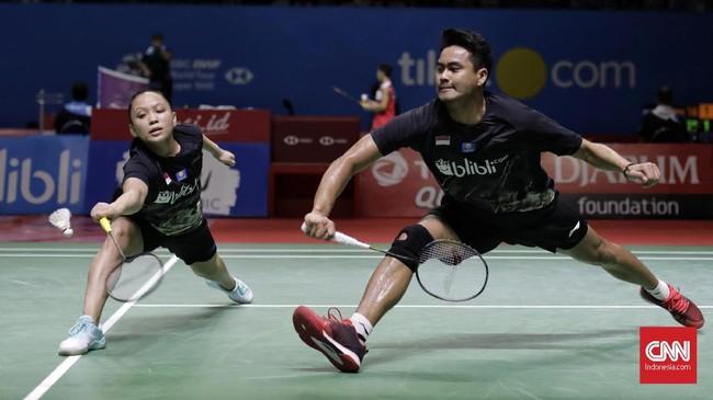Tontowi Ahmad/Winny Oktavina Kandow menjadi tumpuan Indonesia di nomor ganda campuran Indonesia Open 2019. Di babak kedua Tontowi/Winny mengalahkan Nipitphon Phuangphuapet/Savitree Amitrapai dari Thailand 21-14, 21-18. (CNN Indonesia/Adhi Wicaksono)