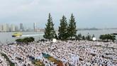 Para tamu yang hadir berbusana rapi dan stylish. Mereka memakai busana dengan warna putih. (REUTERS/Andrew Kelly)