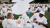 Pesta makan malam satu hari ini memang diadakan di tempat 'rahasia.' Tak cuma itu, untuk mendapatkan tempat jadi peserta pun tak mudah. (REUTERS/Andrew Kelly)