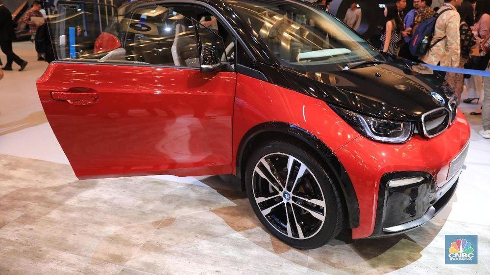 Mobil BMW i3s yang baru diluncurkan dalam ajang Gaikindo Indonesia International Auto Show (GIIAS) 2019 di ICE BSD, Kamis (18/7/2019). (CNBC Indonesia/Andrean Kristianto)