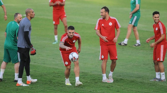 Senyum dan tawa juga terlihat dalam sesi latihan timnas Aljazair di Stadion Petro Sports. (REUTERS/Shokry Hussien)