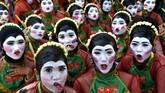 Para penari berpose sebelum menampilkan tarian Thengul pada suatu festival di Bojonegoro, Provinsi Jawa Timur. (Antara Foto/Zabur Karuru)