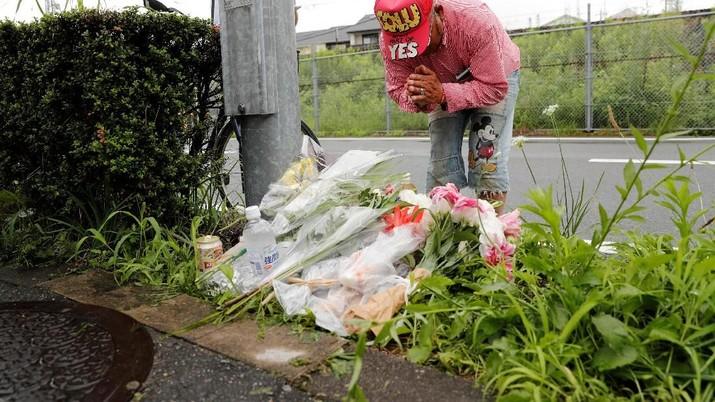 Banyak orang menghadiri lokasi dibakarnya Studio Animasi di Kyoto, Jumat (19/07) untuk membaca doa dan membawa bunga untuk korban