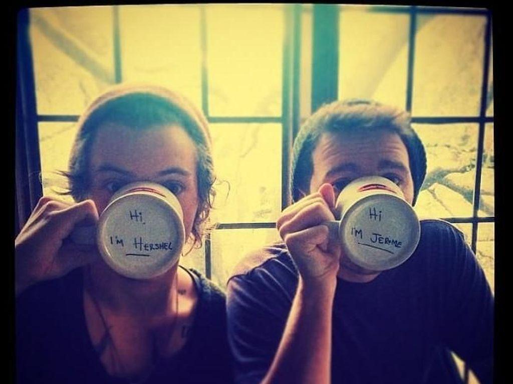 Sambil minum, Harry Style dan temannya ini berpose dengan memamerkan tulisan dibawah alas mugnya. Foto: Istimewa