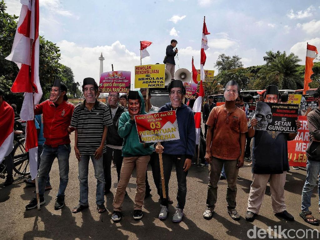 Massa menggelar aksi mendukung persatuan Indonesia di kawasan Monas, Jakarta, Jumat (19/7/2019).