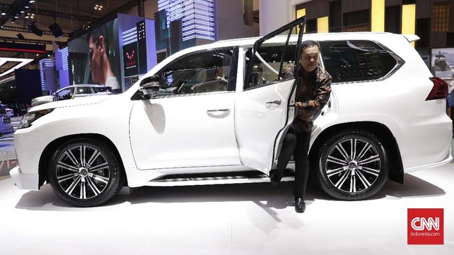 Lexus 570 Sport salah satu tunggangan bos perusahaan di dalam negeri. (CNNIndonesia/Safir Makki)