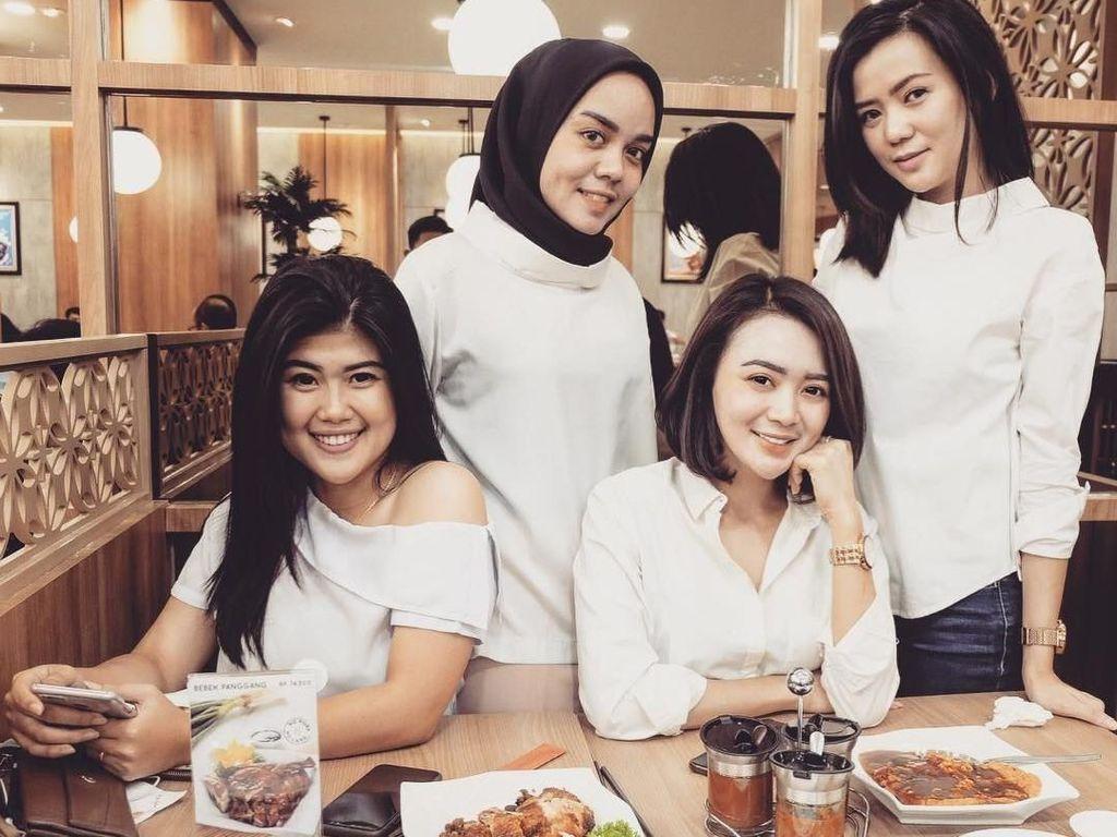 Bersama tiga orang temannya, Wika berpose kompak dengan outfit serba putih. Mereka memilih satu restoran di Jakarta. Foto: instagram @wikasalim