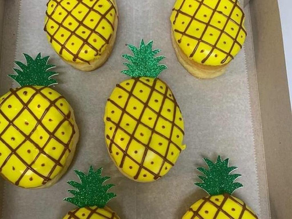 Ditambah dengan daun-daun diatasnya, donat ini memiliki bentuk seperti buah nanas. Lengkap dengan warna kuning dan corak-corak sisik di kulitnya. Foto: Instagram @holeinonedonutstarpon