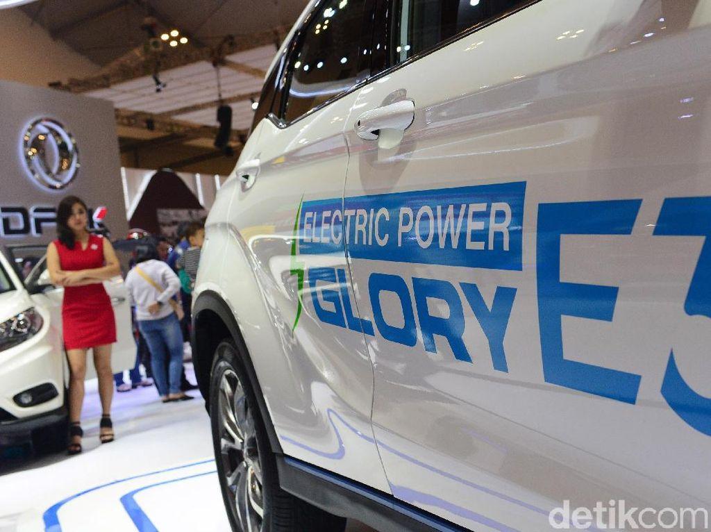 DFSK Glory E3 diklaim sudah bisa digunakan sehari-hari menggunakan kombinasi motor listrik dan baterai dengan kemampuan jarak tempuh mulai dari 405 kilometer. Foto: Ari Saputra