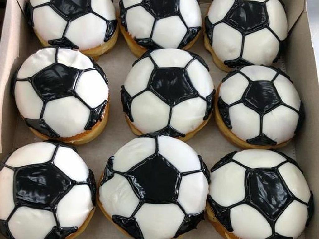 Berbentuk bundar donat ini dibentuk seperti bola. Warnanya putih dan hitam persisi seperti bola sepak. Foto: Instagram @holeinonedonutstarpon