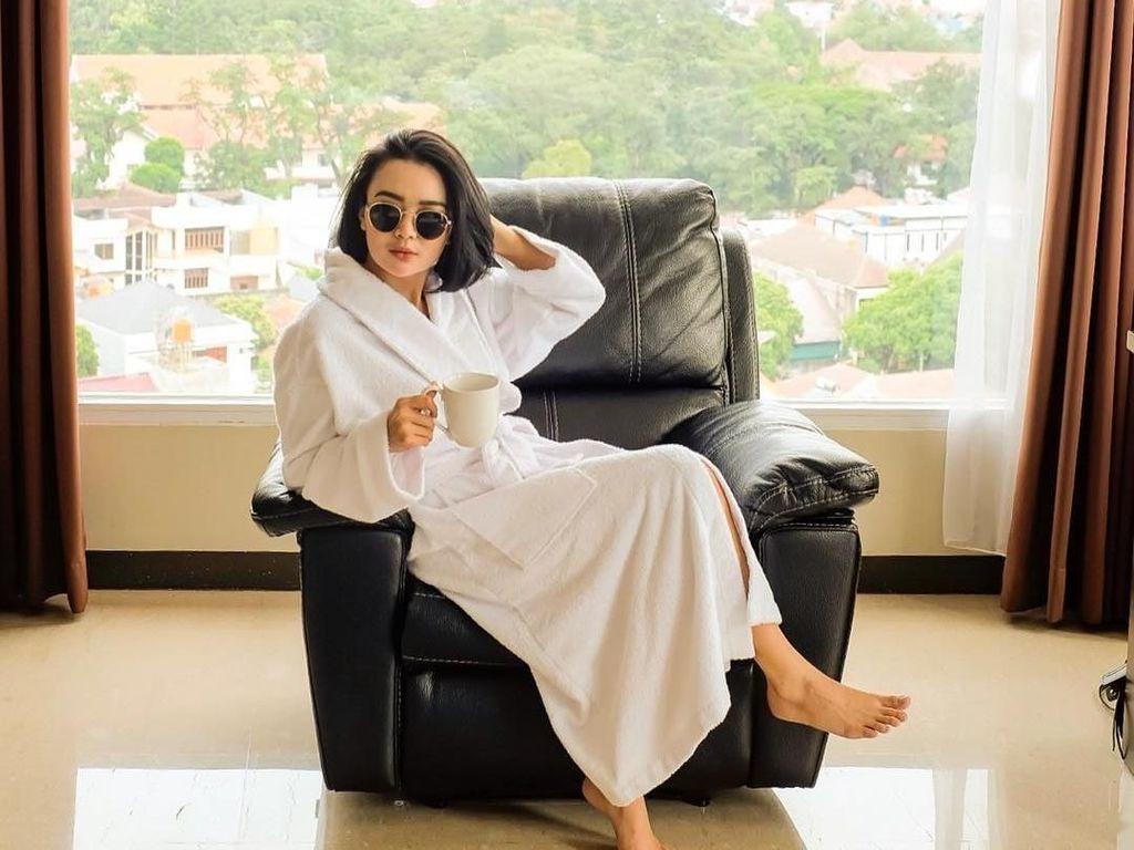 Menghabiskan liburan singkat di Bandung, Wika memilih santai di kamar hotel sambil menikmati segelas minuman. Meski cuma sehari, Wika mengaku liburannya memuaskan. Foto: instagram @wikasalim