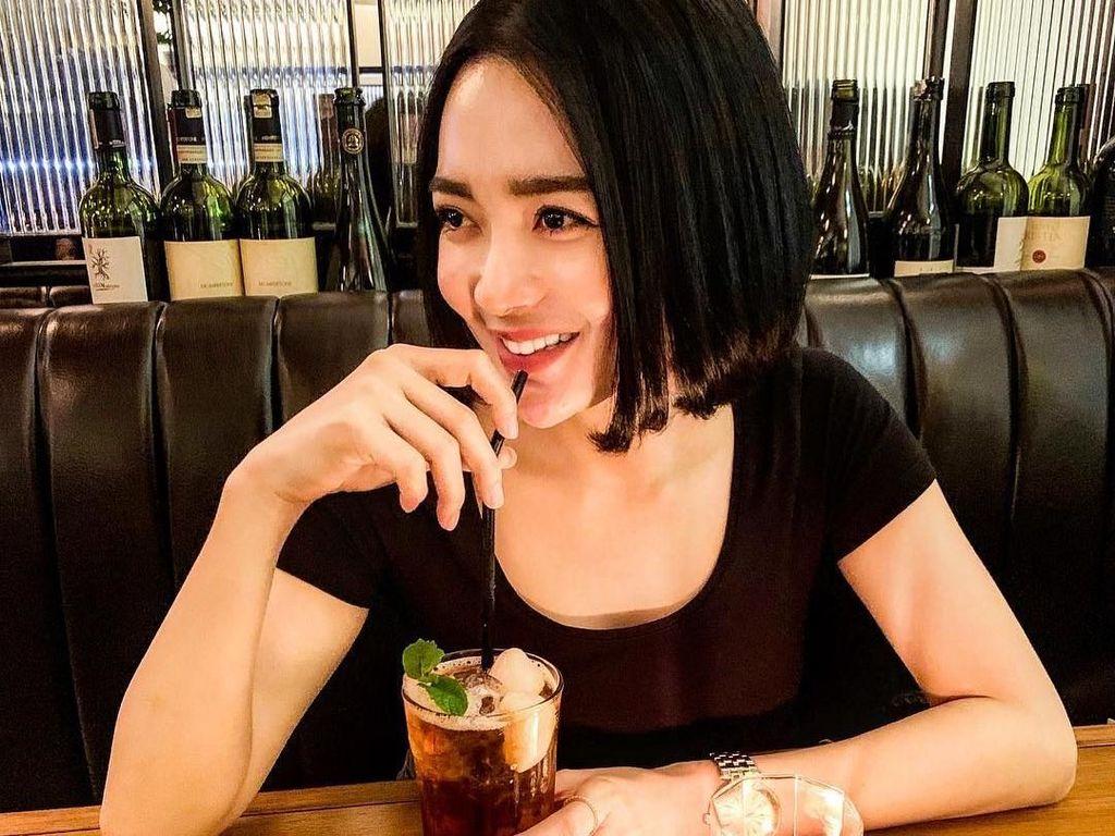 Segelas lychee tea menemani waktu santai Wika. Ia tampak menikmatinya dengan senang. Lihat saja senyumnya yang mengembang. Foto: instagram @wikasalim
