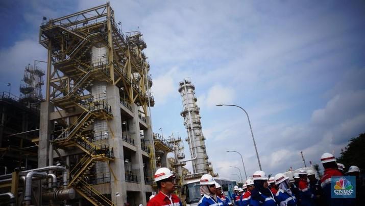 Kilang Minyak Cilacap. Kilang Cilacap merupakan kilang minyak terbesar di Indonesia dengan kapasitas mencapai 348 ribu barel/hari atau 33,4% dari total kapasitas kilang nasional. (CNBC Indonesia/Gustidha Budiarti)