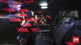 Pengunjung melihat interior mobil saat pameran otomotif GIIAS 2019 di ICE BSD, Serpog, Kamis (18/7). (CNNIndonesia/Safir Makki)