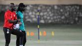 Pelatih Senegal Aliou Cisse (mengenakan topi) memantau latihan Sadio Mane dan kawan-kawan. Cisse merupakan mantan pemain timnas Senegal pada 1999 hingga 2005. (REUTERS/Shokry Hussien
