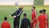 Penjaga gawang Aljazair Rais M'Bolhi (jaket hitam) yang berusia 33 tahun merupakan pemain tertua di tim Rubah Gurun dan berpotensi menjadi pemain paling senior dalam final Piala Afrika 2019. (REUTERS/Shokry Hussien)