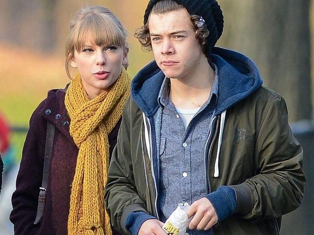 Kepergok jalan bareng Taylor Swift, Harry tak lupa menghabiskan camilan di tangannya. Foto: Istimewa