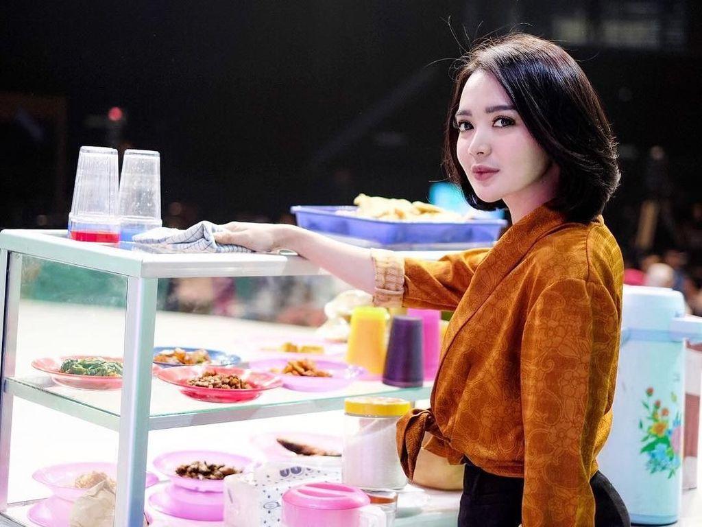 Wika Salim Doyan Kue Cucur Hingga Komik Strip Makanan yang Lucu