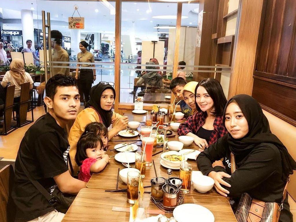 Makan bersama keluarga, Wika memilih restoran Indonesia. Ternyata momen kumpul sambil makan ini sekaligus untuk merayakan ulang tahun ibunda tercinta. Foto: instagram @wikasalim