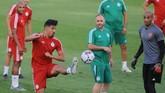 Penyerang Aljazair, Baghdad Bounedjah, mengontrol bola dalam sesi latihan sebelum final. Bounedjah menjadi salah satu pencetak gol Aljazair di Piala Afrika 2019. (REUTERS/Shokry Hussien)