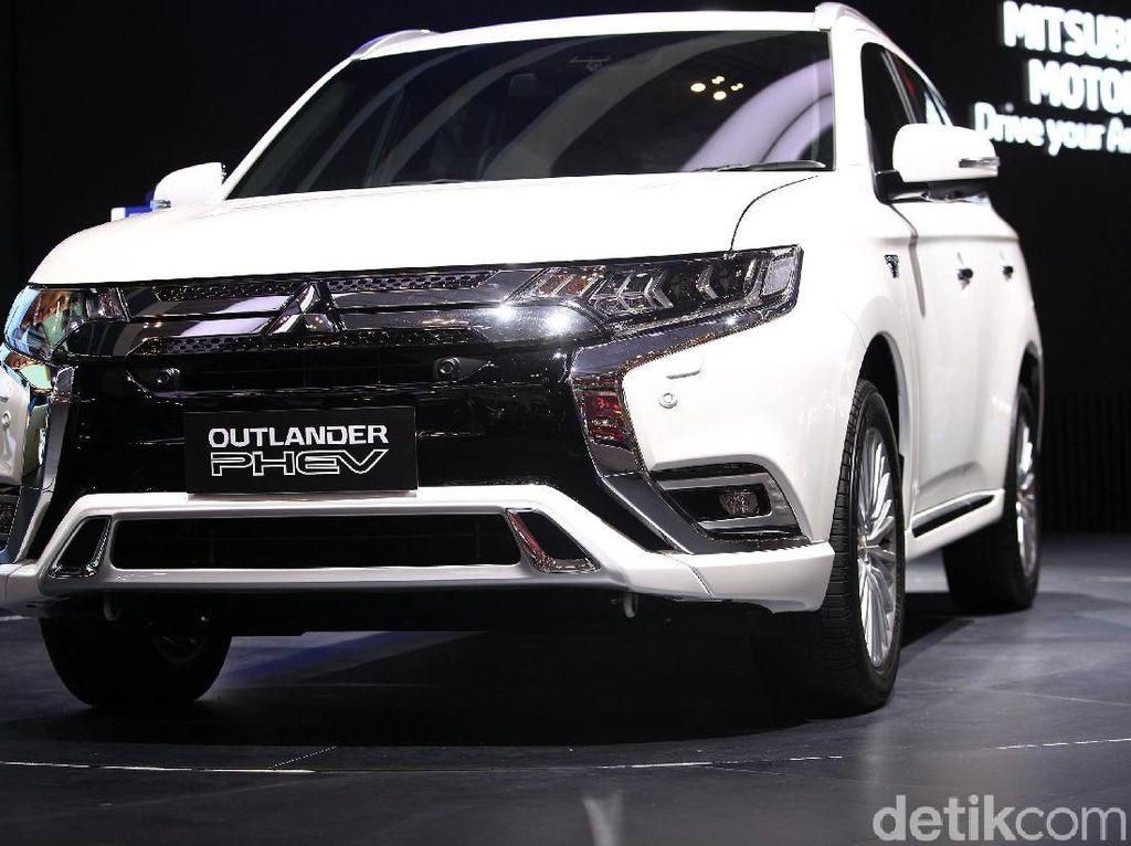 Mitsubishi menampilkan Outlander PHEV di arena Gaikindo Indonesia Interntional Auto Show (GIIAS) 2019, Tangerang, Jumat (19/7/2019).