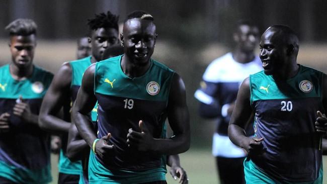 Sembari serius berlatih, suasana cair masih terasa seperti yang diperlihatkan Mbaye Diagne dan Sada Thioub. (REUTERS/Shokry Hussien)