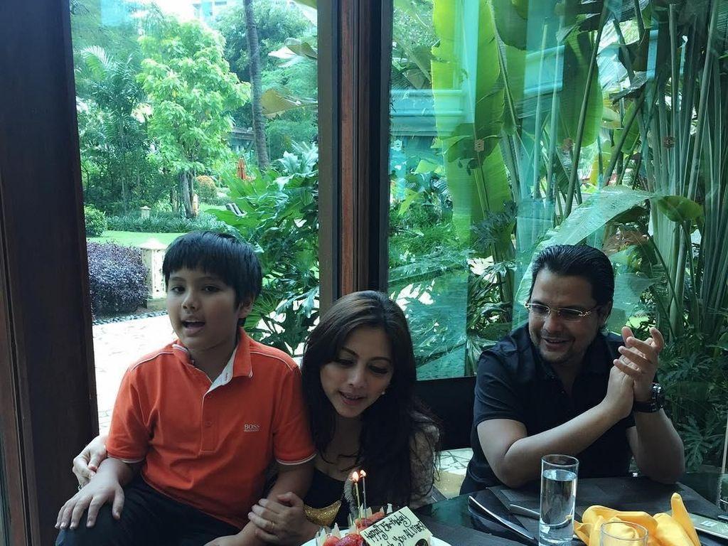 Kali ini gantian, Xavier dan Maliklah yang merayakan ulang tahun Cut Keke. Momen ini dibagikan pada 4 Desember 2016. Foto: Instagram cutkeke_xavier