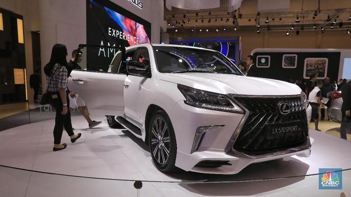 Lexus memperkenalkan SUV Premium LX 570 Sport. LX 570 Sport ditenagai oleh mesin berkapasitas 5.700 cc V8 bertenaga 362 dk dan torsi 530 Nm. Mobil ini dibanderol dengan harga Rp 3,345 milyar. (CNBC Indonesia/Andrean Kristianto)