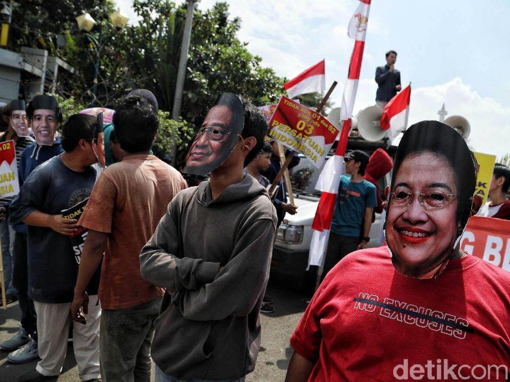 Ada juga massa yang memakai topeng Susilo Bambang Yudhoyono (SBY) dan Megawati Soekarnoputri.