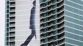 Iklan pada suatu gedung apartemen terlihat sementara para pengunjung festival pop budaya Comic Con Internasional berkumpul untuk mengikuti hari pertama ajang tersebut di San Diego, California, AS. (REUTERS/Mike Blake)