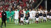 Timnas Aljazair dan timnas Senegal masuk secara bersamaan ke lapangan Stadion Internasional Kairo. (REUTERS/Suhaib Salem)