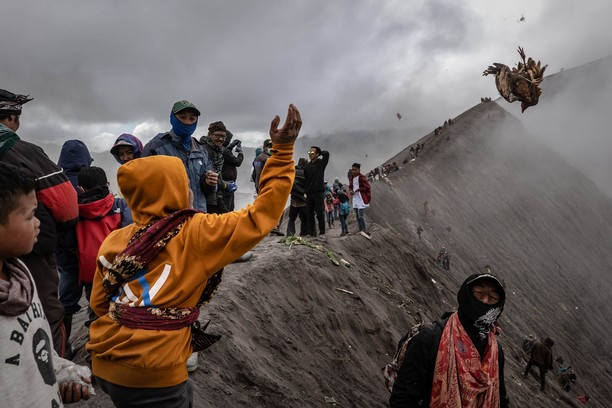 Melihat Ritual Kasada, Larung Sajen di Gunung Bromo