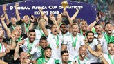 Pemain-pemain Aljazair merayakan keberhasilan meraih gelar juara dengan mengangkat trofi Piala Afrika. (REUTERS/Suhaib Salem)
