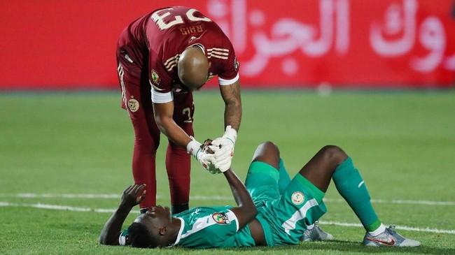Kiper Aljazair Rais M'Bolhi menjabat tangan pemain Senegal Ismaila Sarr sebagai tanda fair play. (REUTERS/Amr Abdallah Dalsh)
