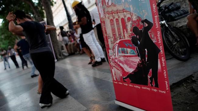 Tarian itu juga termasuk Habanera - tarian Havana - campuran irama Afrika dan unsur-unsur musik Eropa, yang mungkin menjelaskan mengapa tango akhirnya begitu disukai di Havana. (REUTERS/Alexandre Meneghini).
