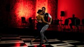 Kuba mungkin sekarang dikenal karena salsa upbeat, tetapi jauh sebelum genre itu muncul, ketukan Afro-nya dimasukkan ke dalam tango Argentina yang melankolis. (REUTERS/Alexandre Meneghini).