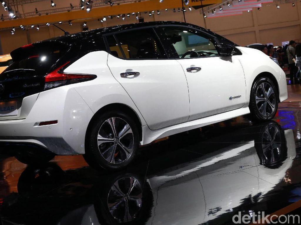Nissan LEAF bakal masuk ke Indonesia dimulai pada tahun 2020 bersamaan dengan Filipina. Hadirnya mobil listrik terlaris di dunia ini merupakan bagian penting dari tujuan menengah Nissan untuk meningkatkan elektrifikasi kendaraan (Nissan M.O.V.E 2022). Disebutkan juga bahwa komponen kendaraan listriknya itu akan dirakit lokal di pasar-pasar utama Asia Tenggara.