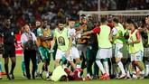 Pemain-pemain dari kedua kesebelasan sempat terlibat bentrok di pertengahan laga. (REUTERS/Mohamed Abd El Ghany)