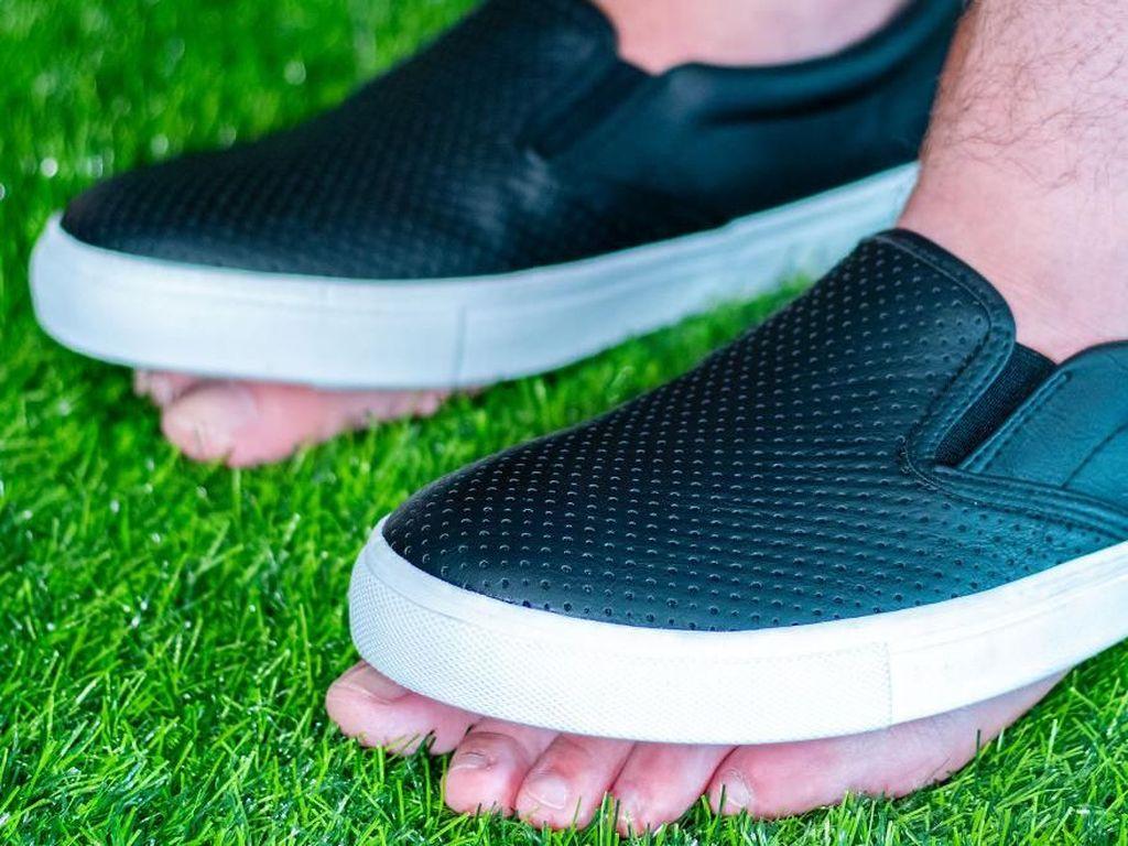 Matt juga menciptakan sepatu yang membuat Anda tetap bisa menapak di tanah. Pasalnya, sepatu yang bernama Incognito Kicks ini memang tak dibuat bagian alasnya. Istimewa/Unnecessary Inventions.