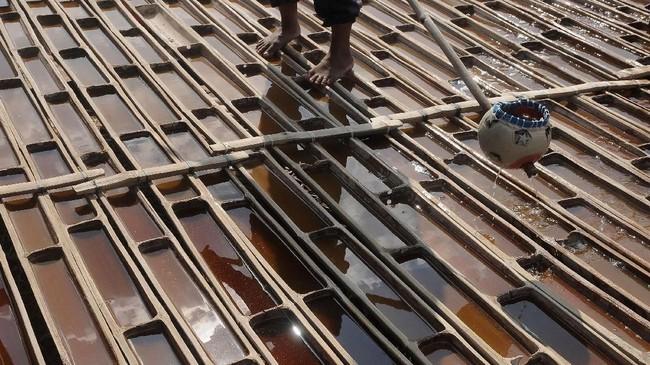 Prosesnya setelah air ditimba akan disalurkan melalui pipa-pipa yang terhubung dengan penampungan. (ANTARA FOTO/Yusuf Nugroho)