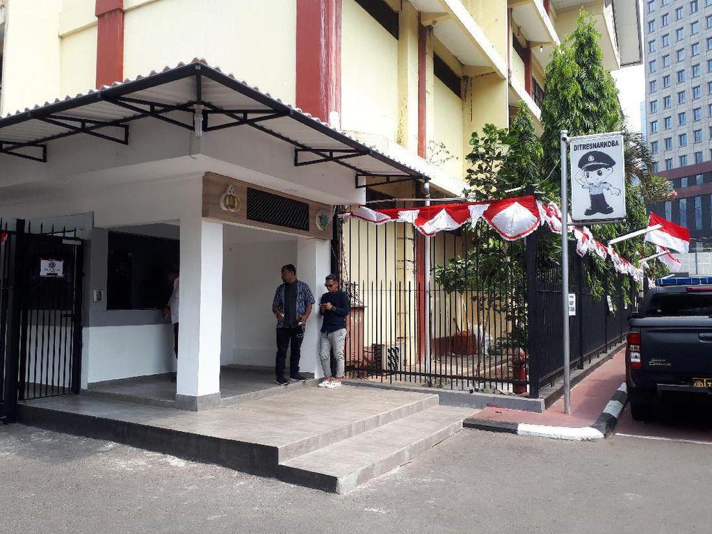 Bagus Permadi sempat menunggu di depan Direktorat Narkoba Polda Metro Jaya. Foto: Asep Syaifullah