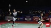 Ahsan (kiri) yang berperan sebagai penggebuk kerap membuat mati lawan dengan pukulan smes. (CNN Indonesia/Adhi Wicaksono)