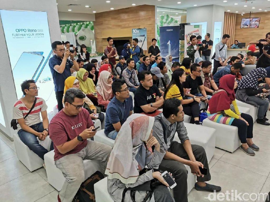 Bertempat di Supermall Karawaci, Tangerang Selatan, Sabtu malam (20/7/2019) puluhan peserta Ngopi detikINET dengan tema Lampaui Batas Bersama Oppo Reno Series, merasakan keunggulan di ponsel anyar Oppo tersebut. (Foto: Agus Tri Haryanto/detikINET)