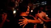 Tarian Tango Argentina - sebagai musik dengan lirik dan tarian pasangan - muncul kemudian pada abad itu di daerah pelabuhan kelas pekerja antara Argentina dan Uruguay sebagai perpaduan genre yang dibawa oleh pelaut dan imigran ke sana. (REUTERS/Alexandre Meneghini).