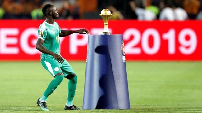 Sadio Mane mendekati trofi Piala Afrika sebelum laga final dimulai. (REUTERS/Amr Abdallah Dalsh)