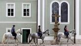 Pertanian yang terletak 80 kilometer di timur Praha tersebut kini menampung 250 ekor kuda berwarna abu-abu dan hitam. (REUTERS/David W Cerny)