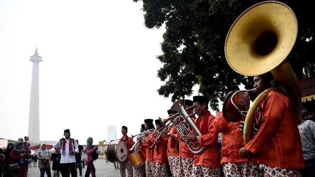 Kelompok musik mementaskan Tanjidor saat Lebaran Betawi 2019 di lapangan silang Monumen Nasional (Monas), Jakarta, Sabtu ini. Acara ini akan berlangsung selama tiga hari, mulai 19-21 Juli 2019. (ANTARA FOTO/M Risyal Hidayat).