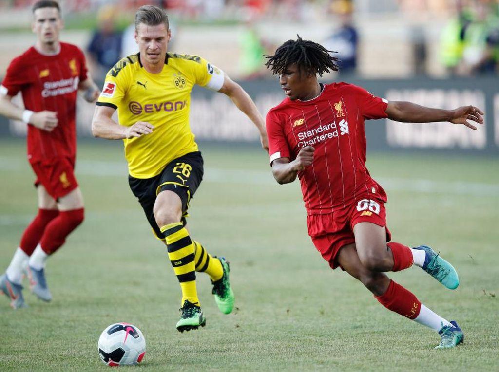 Yasser Larouci dari Liverpool berusaha melewati Lukasz Piszczek. (Foto: Joe Robbins/Getty Images)