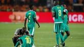Pemain-pemain Senegal tidak bisa menyembunyikan kesedihan sesaat setelah wasit meniup peluit panjang. (REUTERS/Amr Abdallah Dalsh)
